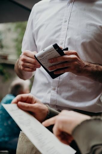 خدمتکار با پیراهن سفید ، مشتری سفارشی را به رستوران می برد